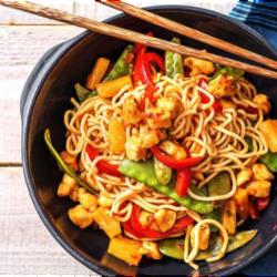Noodles με γλυκόξινο κοτόπουλο, αυγό και λαχανικά